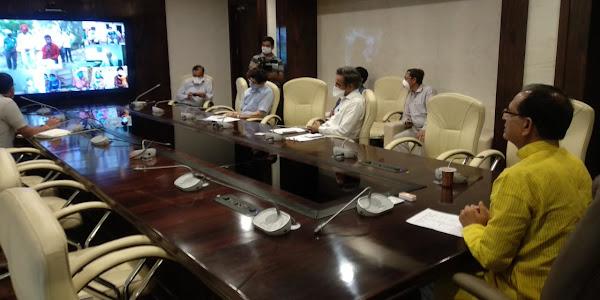 मुख्यमंत्री शिवराजसिंह चौहान ने वीडियो कान्फ्रेसिंग के माध्यम से झाबुआ जिले के श्रमिकों से चर्चा की