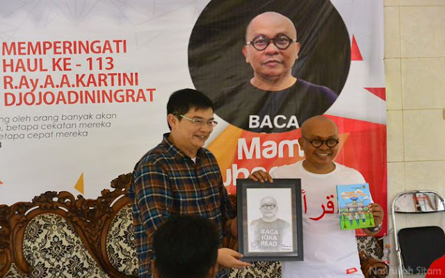 Penyerahan cinderamata oleh Pak Endaryono kepada Kang Maman