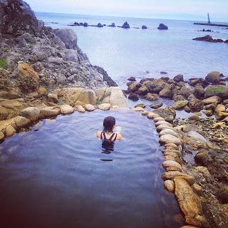 海を眺めながら入る露天風呂と後姿の私
