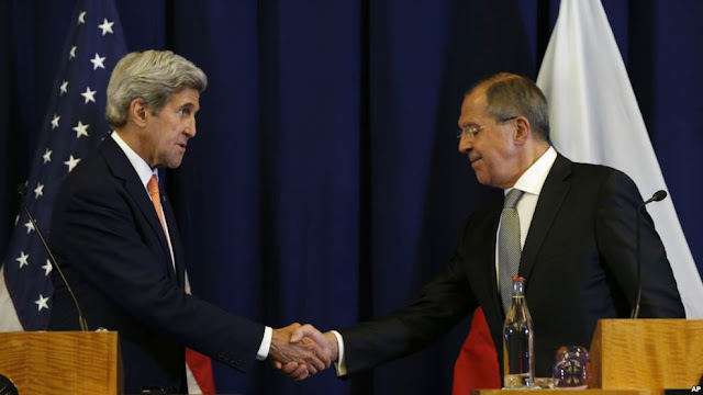 Sekreteri John Kerry na Ministre w'imigenderanire w'Uburusiya Sergei Lavrov bahejeje gushikiriza ikiganiro abanyamakuru.