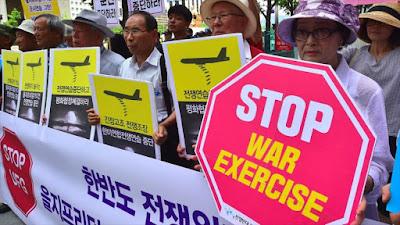 Activistas antiguerras se congregan cerca de la embajada estadounidense en Seúl (capital surcoreana) para denunciar maniobras militares conjuntas de EE.UU. y Corea del Sur, 22 de agosto de 2016.