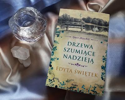 """O sile kobiet i nie tylko, czyli recenzja powieści """"Drzewa szumiące nadzieją"""" Edyty Świętek."""