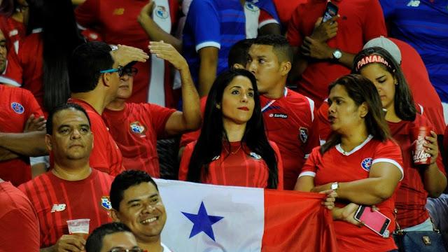 Aficionados de Panamá observan la debacle de su selección ante Estados Unidos