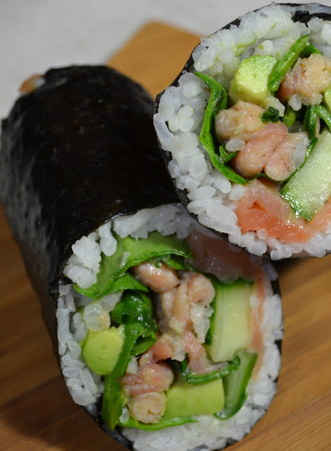 sushi burrito met zalm, garnalen, avocado, komkommer en spinazie