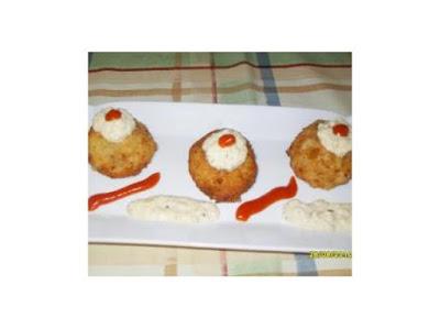 Bombas de patata con salsa de huevo frito