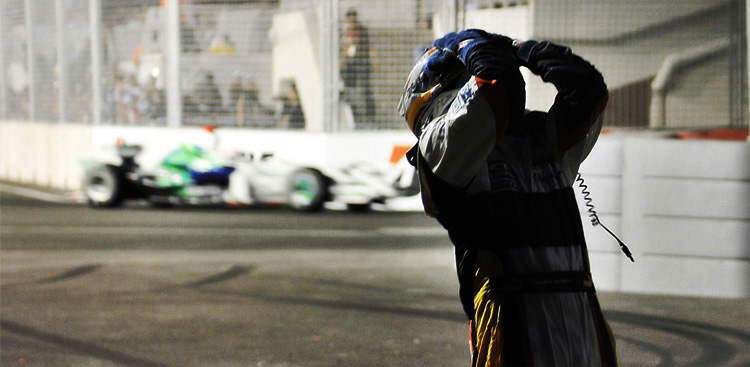 Fernando Alnso se lamenta durante la clasificación del GP de Singapur 2008