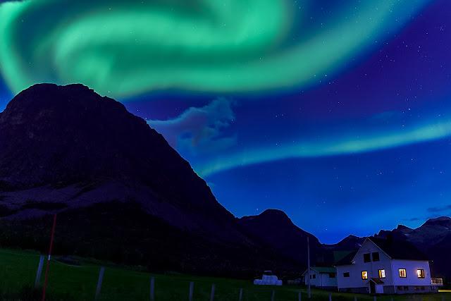 Aurora sobre Grøtfjord - Kvaløya, Noruega, por Mónika. El Guisante Vede Project