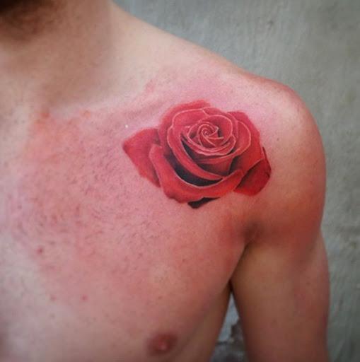 Esta rosa vermelha no ombro