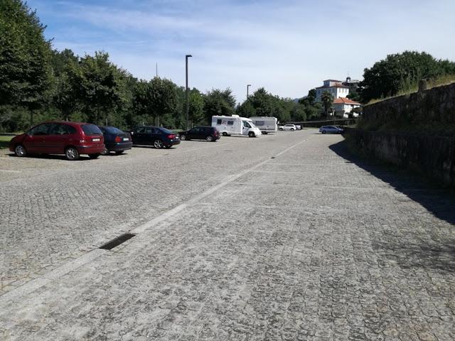 parque de estacionamento ao lado do RIVA CAFÉ
