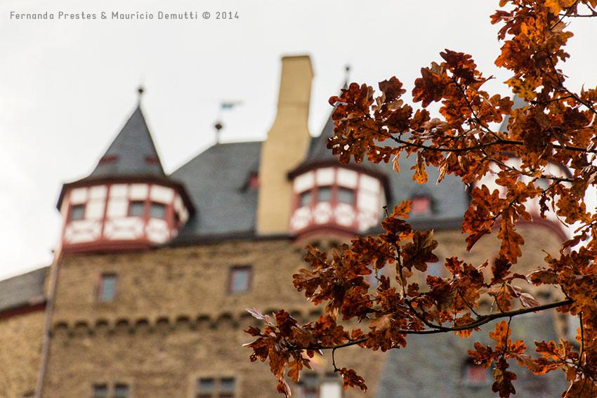 folhas e castelo de burg-eltz
