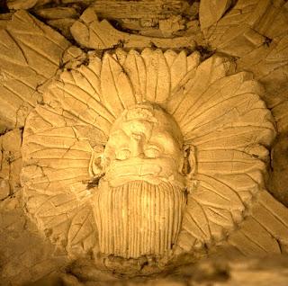 """Uno de los soles del Mural de los Cuatro Soles  de la ciudad maya de Toniná, en Chiapas. En el  Quinto Sol """"el hombre regresará al equilibrio (con la naturaleza), reforestará los bosques y  recuperará las cosas que fueron destruidas.  Será un Nuevo Hombre que tendrá la capacidad  de equilibrar los ecosistemas."""""""