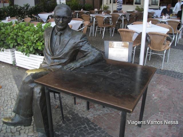Estátua de bronze do compositor brasileiro Ary Barroso no Leme, Rio de Janeiro, RJ