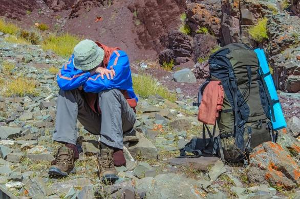 foto pendaki gunung kelelahan