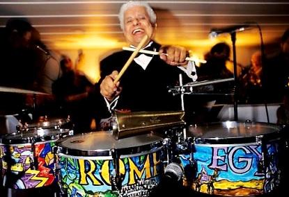 Foto de Tito Puente posando con sus timbales