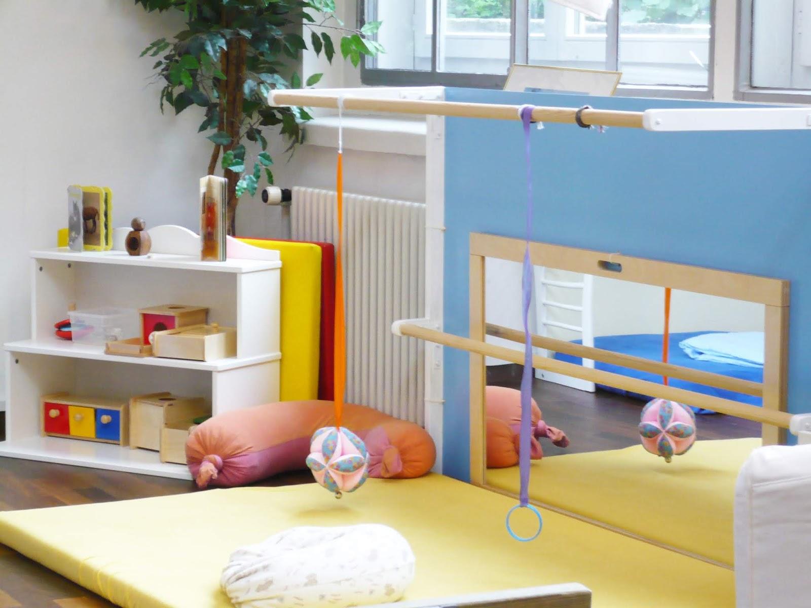 como decorar habitacion infantil montessori con espejo y colchón en el suelo