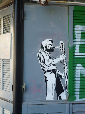 Saxofon oder Fagott -Urban Art am Zeitungskiosk - Der Holzblasinstrumentenspieler in Marseille