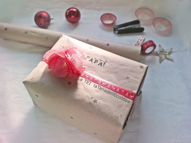 Pacco di natale con carta da pacco