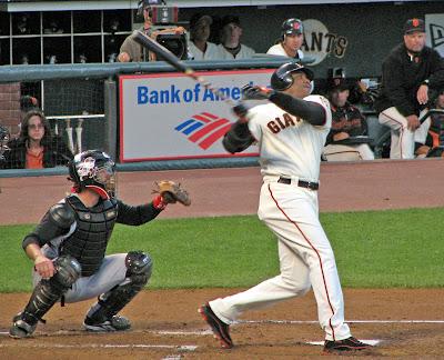 Barry Lamar Bonds (kanan) memegang rekor home run musim tunggal dan selamanya yang diakui secara resmi di Major League Baseball.