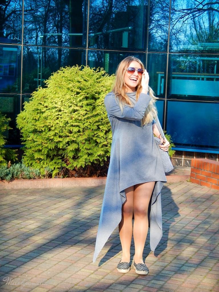 14 sukienka asymetryczna szara z kapturem sammydress maxi dresowa sukienka filcowa duża listonoszka A4 manzana espadryle w groszki renee melodylaniella ootd wiosenna stylizacja