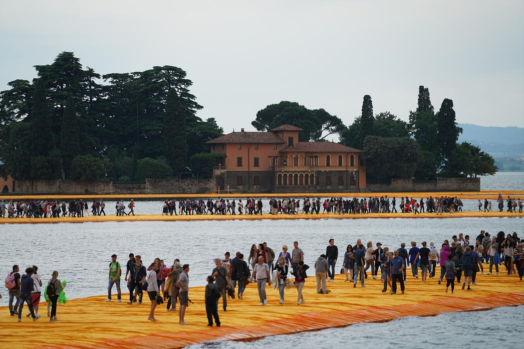 22-Christo-and-Jeanne-Claude-The-Floating-Piers-Walkways-on-Lake-Iseo-Italy-www-designstack-co