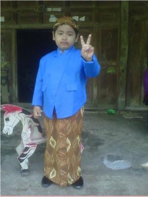 +Foto gambar anak bergaya gokil dengan mengenakan baju adat