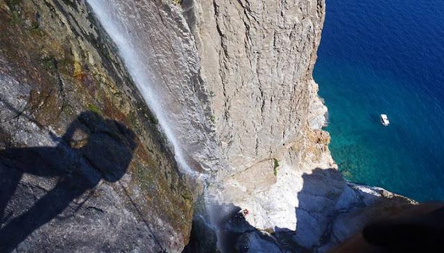 Ελληνικός ο ψηλότερος καταρράκτης του κόσμου που χύνεται σε θάλασσα! (βίντεο)