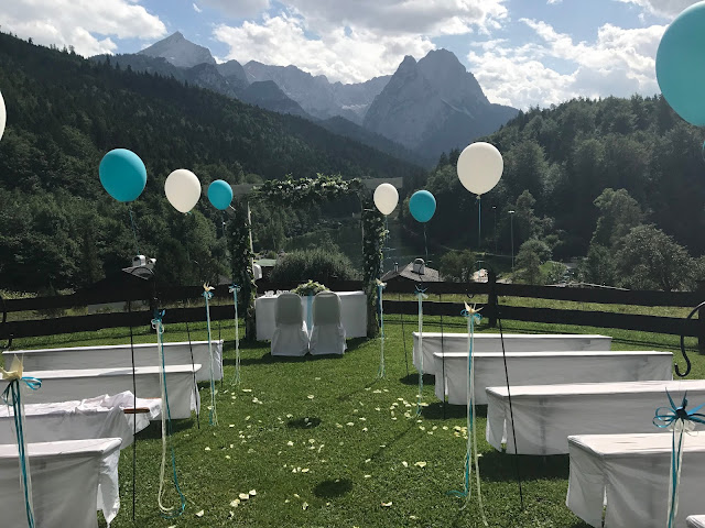 Ballons am Altarweg mit Alpspitzblick, Hochzeitsmotto Flug der Kraniche, 1000 Origami-Kraniche zur Hochzeit, heiraten im Riessersee Hotel Garmisch-Partenkirchen, Bayern, Hochzeitsplanerin Uschi Glas, petrol und weiß