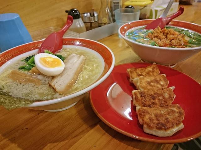 塩大家らーめんと焼き餃子と塩台湾らーめんの写真
