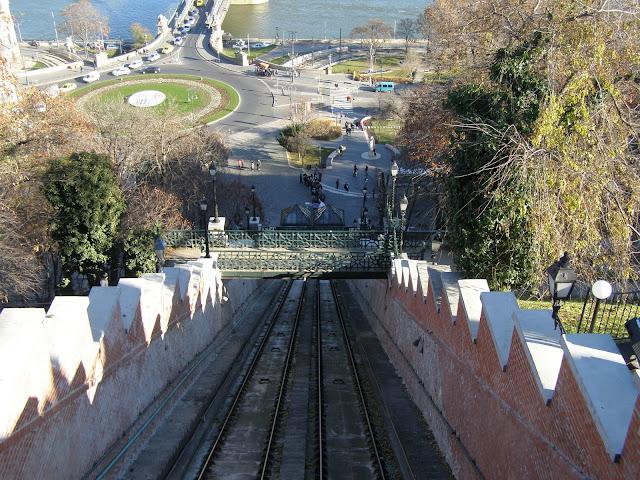 vedere catre rondul din fata Chain Bridge