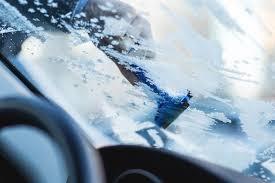 cara membersihkan kaca mobil yang baret