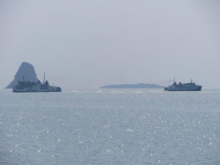 два парома в море