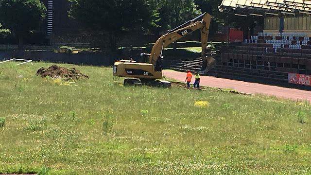 Una excavadora trabaja en la ciudad deportiva de San Vicente