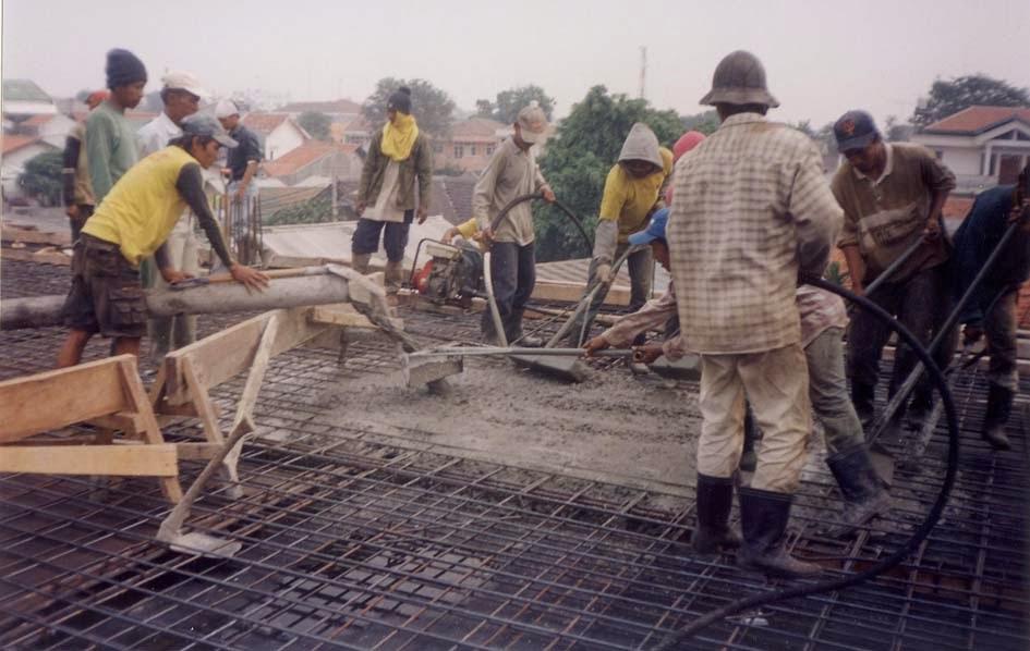 Tukang dan Pekerja Melaksanakan Pekerjaan Pengecoran Beton