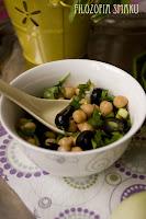 (Sałatka z ciecierzycą i oliwkami