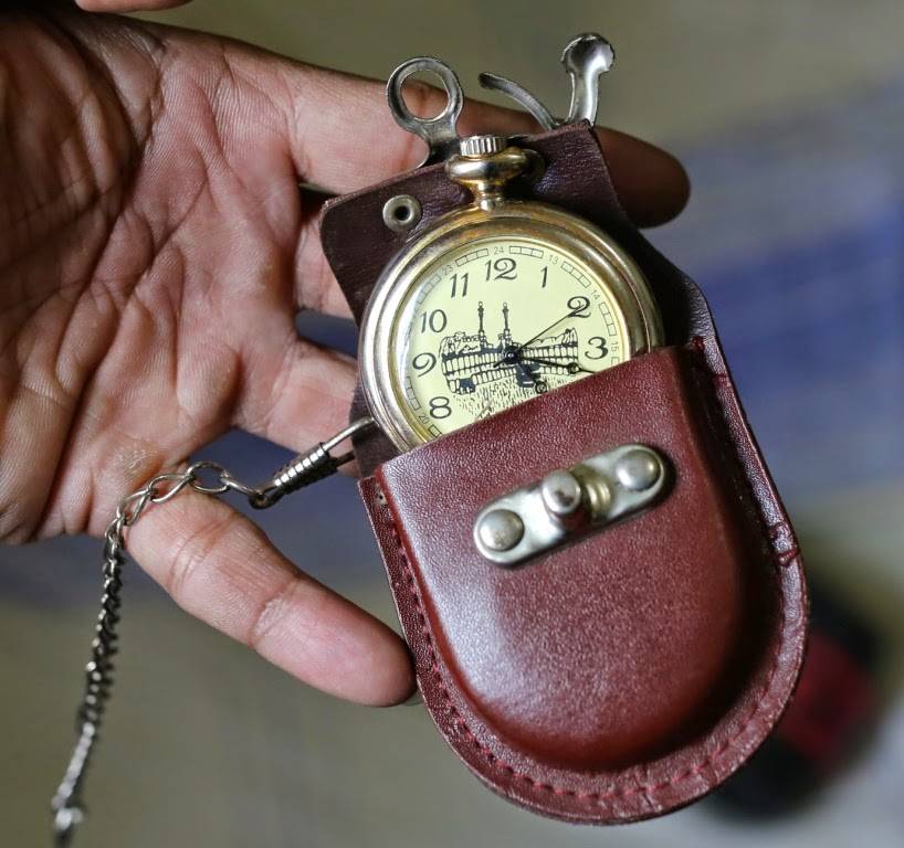 jam kantong dan wadahnya