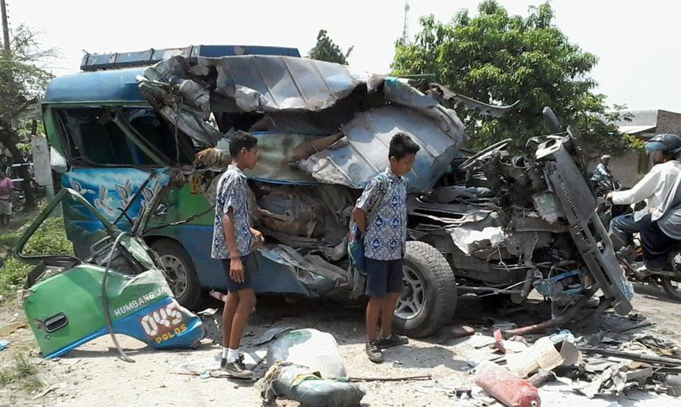 Bus KUPJ yang menghantam truk ringsek berat.