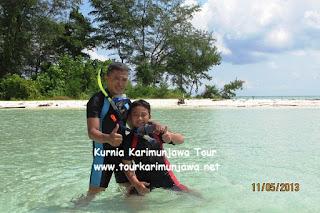 foto keluarga di pulau cemara besar karimun jawa