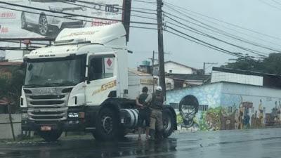 Motorista de caminhão é preso em flagrante após furar blitz policial em Lauro de Freitas