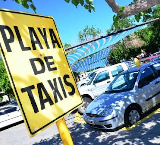EN UN LUGAR NO PERMITIDO. Un auto y una camioneta, con botellas en el techo y carteles que indican que están a la venta, ocupan el lugar de las paradas de taxis en la Terminal.