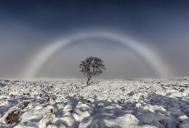 Penampakan pelangi berwarna putih yang muncul di Skotlandia. Foto: Flickr