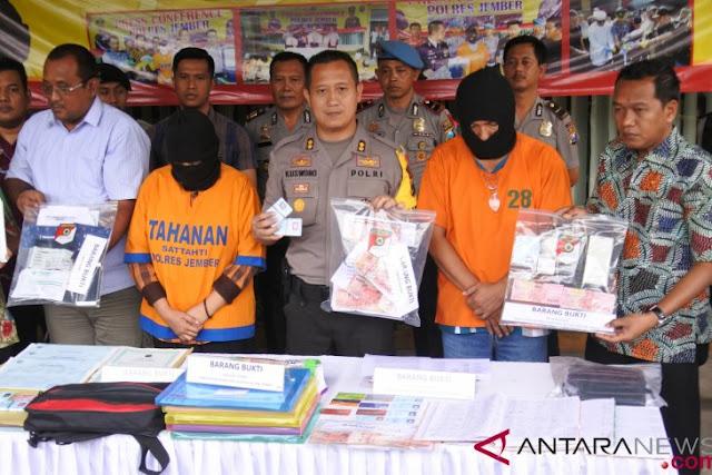 Polisi geledah rumah tersangka OTT pungli Dispendukcapil Jember