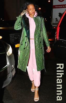 リアーナ(Rihanna)は、バーバリー(Burberry)のトレンチコート、ヴェトモン(Vetements)のスウェットシャツ&パンツ、トムフォード(Tom Ford)のストラップサンダルを着用。