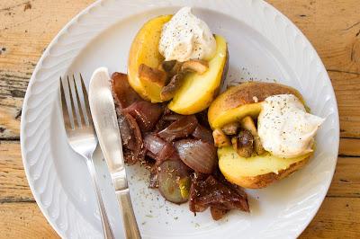 Bratkartoffel mit Dip und Rotweinzwiebeln