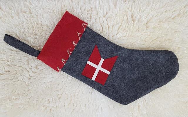 Unsere drei dänischen Adventskalender. Der stilvolle Weihnachtsstrumpf trägt den Dannebrog, die dänische Flagge.