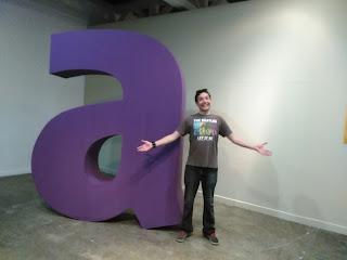Foto de Carlos Alvarez junto a una letra A tridimensional en el Museo Carlos Cruz Diez