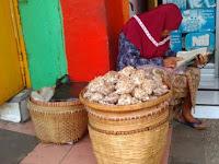 """Kisah Nenek Penjual Bawang yang Menggetarkan Hati """"Netizen"""""""