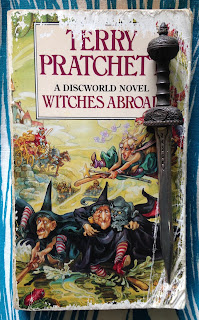 Portada del libro Witches Abroad, de Terry Pratchett