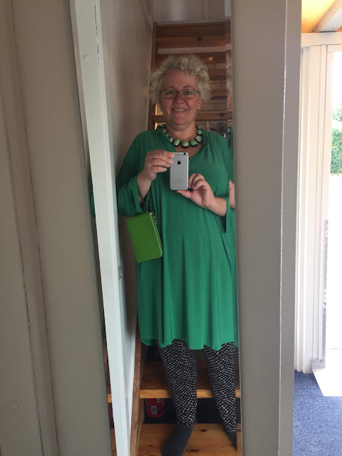 Kaffesoester in new green tunic with new green purse