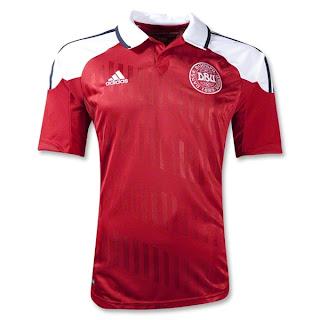 Áo câu lạc bộ màu đỏ đậm