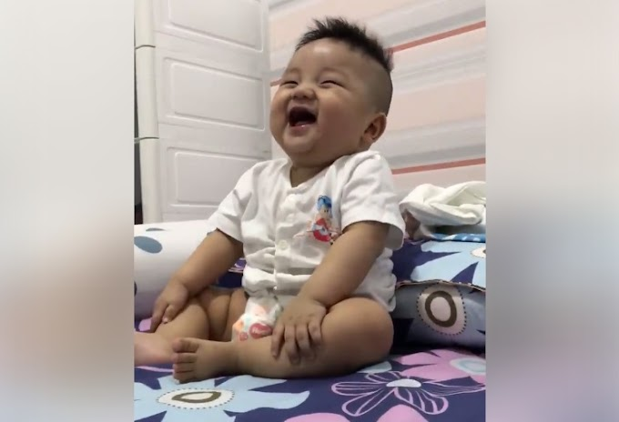 Bé trai 4h sáng vẫn ngồi cười như nắc nẻ cực đáng yêu